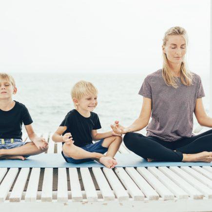 spirituelle Erziehung Mutter Kinder meditieren