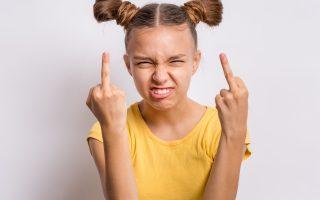 Kind zeigt Mittelfinger
