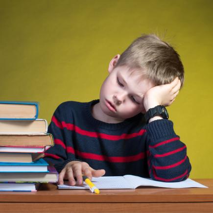 Kind müde vom Lernen